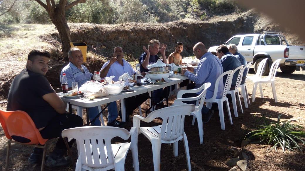 Η ομάδα του KTV έχει μεσημεριανό γεύμα στο άνοιγμα ενός από τους χώρους