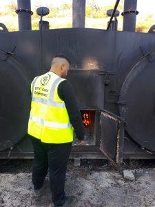Ο υπάλληλος της KTV επιθεωρεί έναν κλίβανο βιοκαυστών