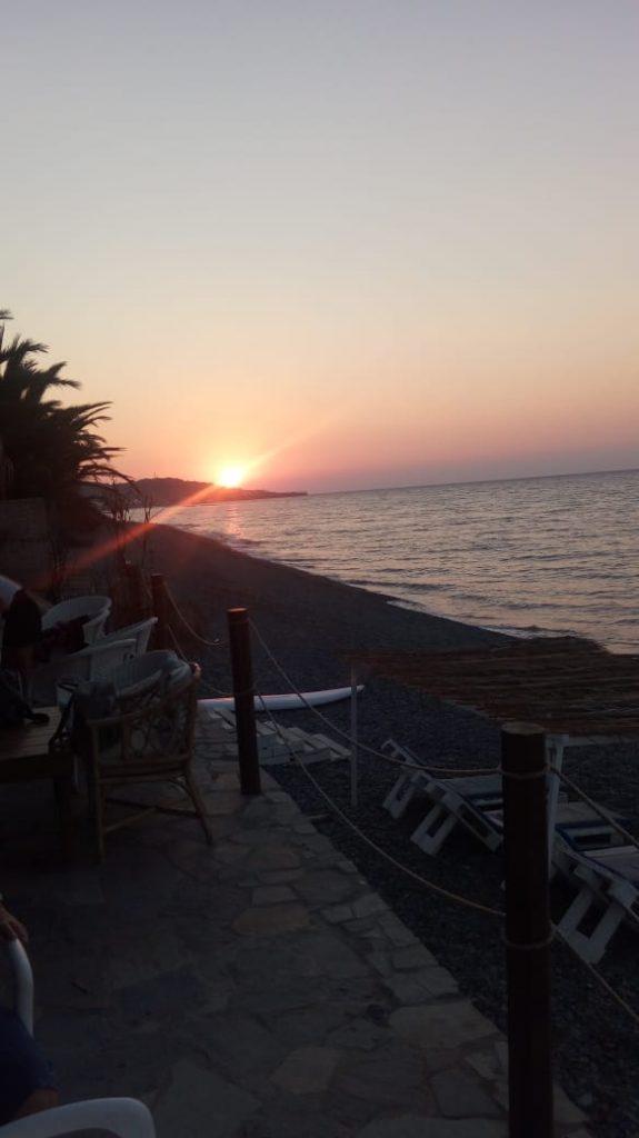 όμορφο ηλιοβασίλεμα στην παραλία του Πύργου