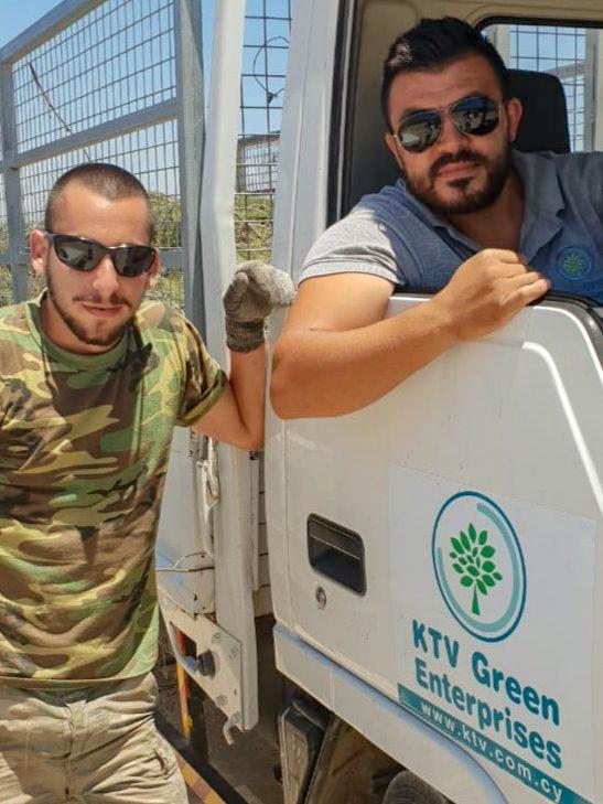δύο από το αφοσιωμένο προσωπικό του KTV.